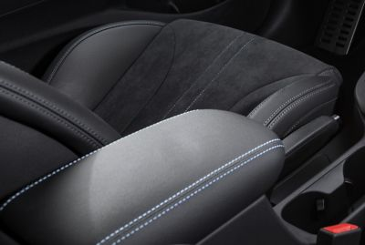 The armrest of the new Hyundai i30 N with blue stitching.